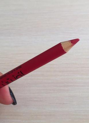 Червоний олівець для губ, красный карандаш для губ.