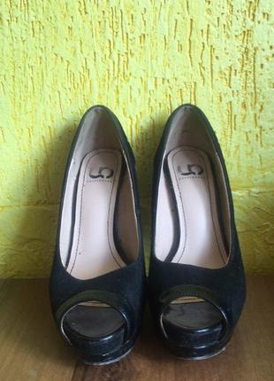Туфлі на високому каблуці