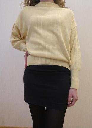 Джемпер пастельно-лимонного кольору вільного крою на патенті