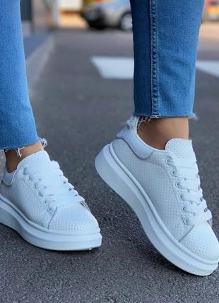 Крутые белые женские кроссовки/кеды с перфорацией.