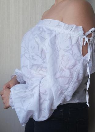 Белоснежная блуза с  цветочным узором
