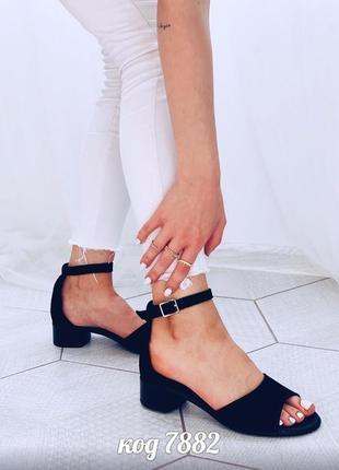 Черные босоножки из натуральной замши с закрытой пяткой на маленьком каблуке