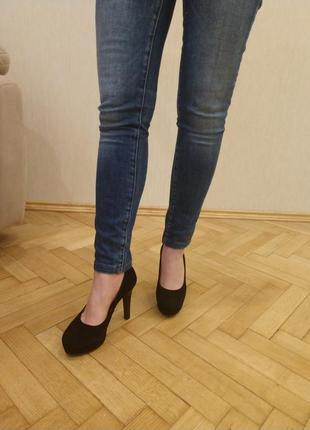 Чорні замшеві туфлі на прихованій платформі (1 см)