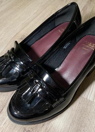 Черные лаковые лоферы на каблуке