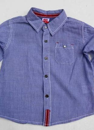 Рубашка в полоску с длинным рукавом.