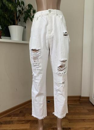 Рваные джинсы mom