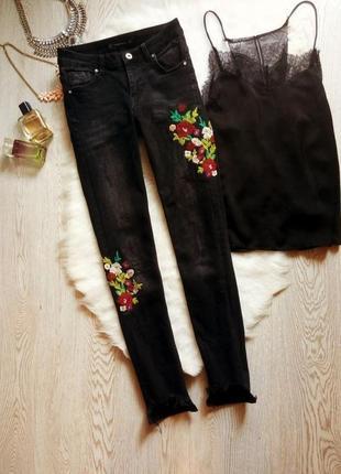 Черные серые джинсы скинни узкачи с вышивкой необработанным краем кроп укороченные