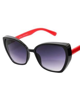 Солнечные очки нестандартные женские в черной оправе с красными заушниками