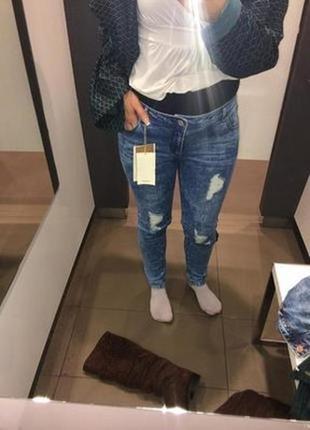 Синие джинсы скинни слим стрейч бойфренды с дырками потертостями разрезами на коленях