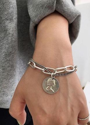 Стильный браслет цепь с подвеской монета серебристого цвета