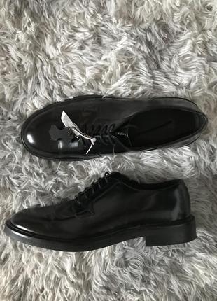 Черные кожаные лакированые туфли оксфорды