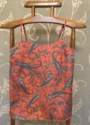 Очень красивая и стильная брендовая блузка-маечка в узорах.