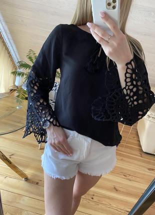 Шикарная блузка с ажурной вышивкой на рукавах