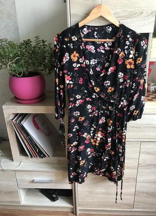 Платье с цветами новое