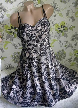 Красивое платье на тонких брителях