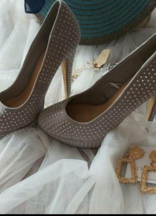 Стильные брендовые очень классные туфли на каблуках