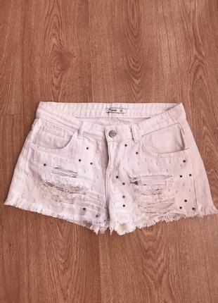 Белые джинсовые шорты с бусинами