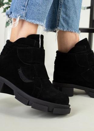 Замшевые черные деми ботинки на липучках