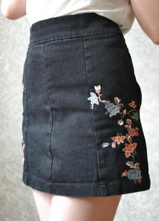 Джинсовая юбка-трапеция с красивой вышивкой