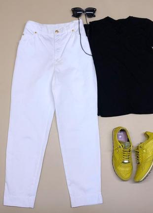 Белые брендовые джинсы с высокой посадкой.