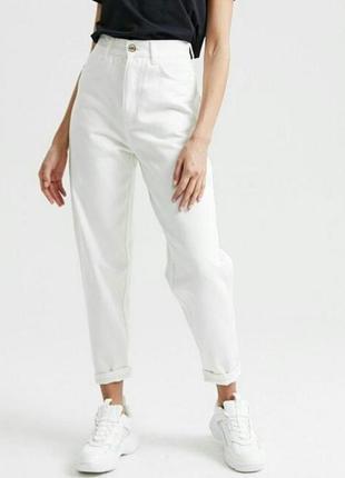 Белые джинсы мом с высокой талией