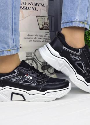 Женские чёрные кроссовки на белой подошве