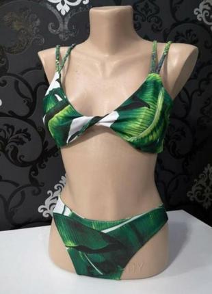 Яркий купальник с тропическими листьями