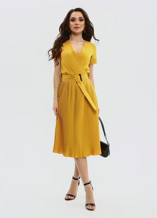 Легкое летнее платье шафранового цвета