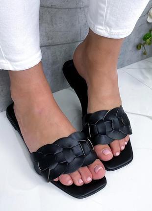 Чёрные шлёпанцы на низком каблуке