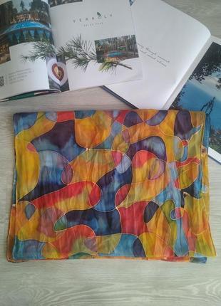 Яркий шелковый шарф