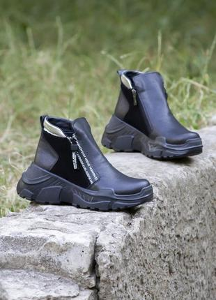 Черные кожаные демисезонные ботинки на танкетке 20201 фото
