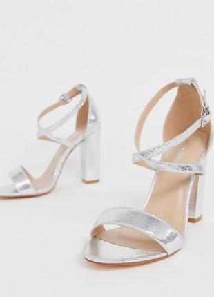 Серебряные туфли на каблуке босоножки с перекрёстными ремешками металлик сандалии