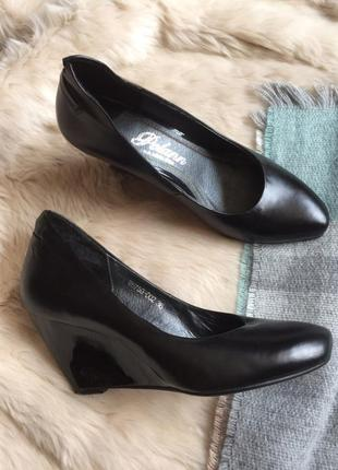 Натуральные кожаные туфли на танкетке polann