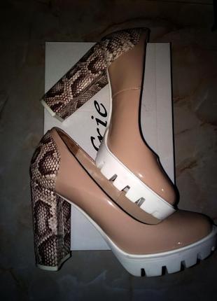 Бежевые туфли из натуральной кожи со змеиным принтом