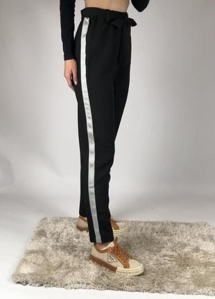 Классические брюки с лампасами
