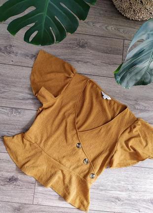 Актулальный горчичный топ блуза с черепаховыми пуговицами