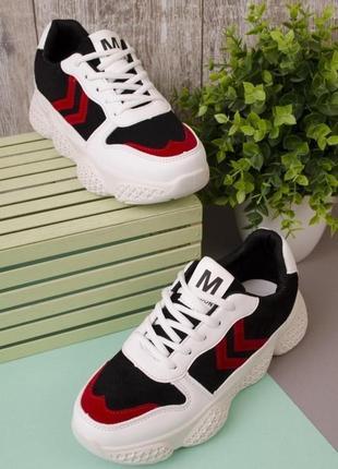 Черно-белые кроссовки с красной вставкой