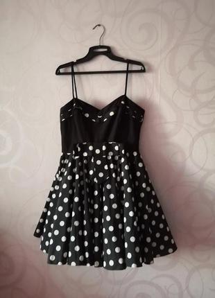 Черное платье в горошек с пышной юбкой, стиль pin-up