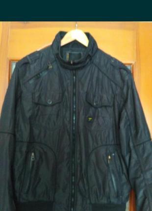 Тонкая куртка, ветровка.