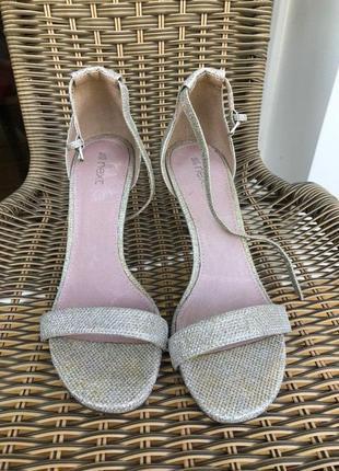 Туфли блестящие серебряные босоножки на каблуке на тонком ремешке