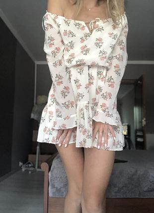 Шифоновое платье со спущенными рукавами