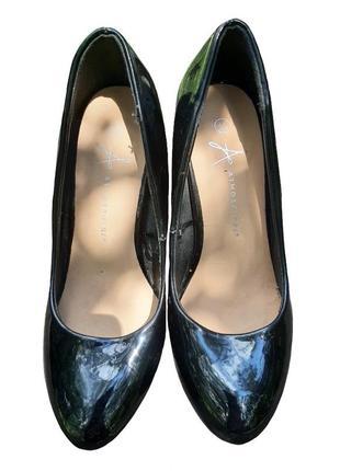 Чёрные лаковые туфли