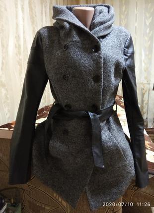 Пальто с вставками из еко кожи и поясом