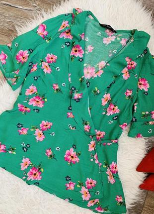 Очень красивая яркая блуза на запах цветочный принт