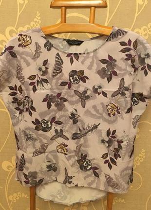 Очень красивая и стильная брендовая блузка в цветах и бабочках.