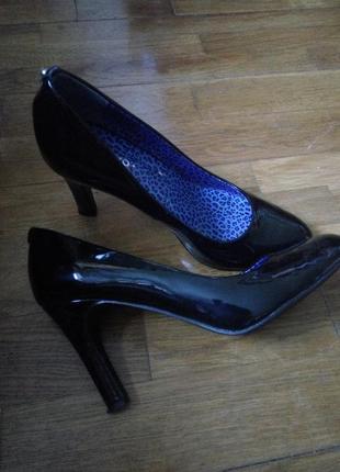 Черные лаковые туфли на высоком каблуке