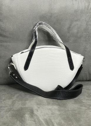 Белая сумка с чёрными ручками