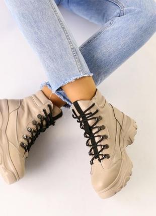 Женские ботинки бежевые на платформе