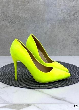 Яркие туфли на высоком каблуке