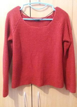 Красный свитер укороченный